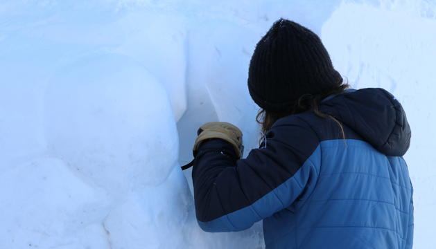 Un escultor fa una de les figures de gel del concurs