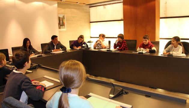 Els alumnes dels sistemes educatius andorrà i francès amb els cònsols d'Ordino durant la sessió del Consell d'Infants