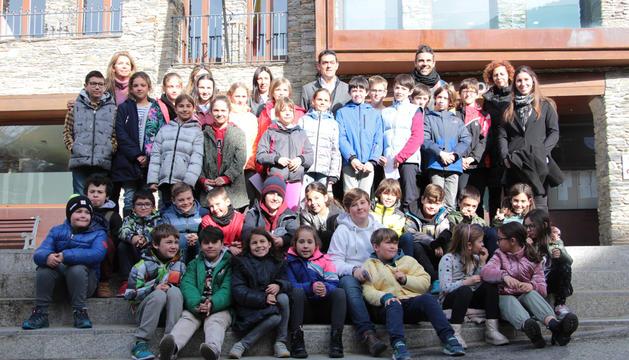 Els alumnes dels sistemes educatius andorrà i francès amb els cònsols d'Ordino