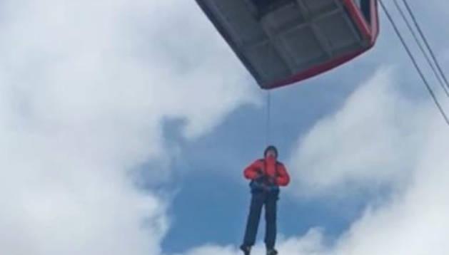 Un dels esquiadors és rescatat d'una de les cabines aturades, ahir.