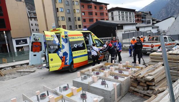 Els serveis d'emergència traslladen el treballador ferit