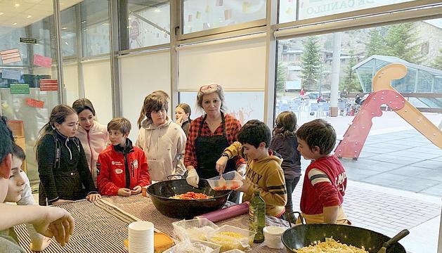 Els infants van fer pasta