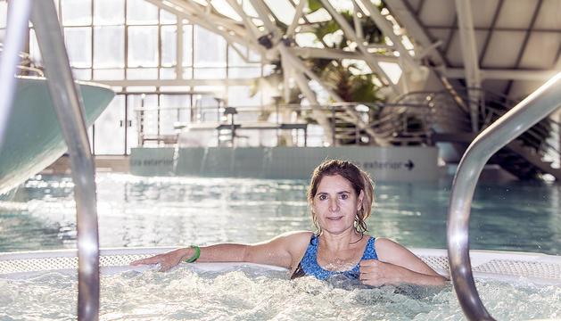 La rehabilitació a caldea és una de les ocupacions de Virginia Loriente per recuperar motilitat.