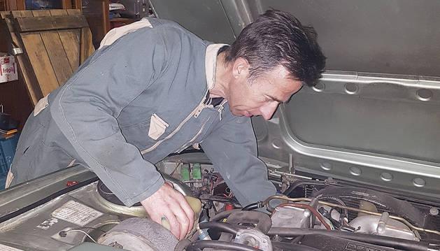 El nou cap del cos de Banders, Ferran Teixidó, arreglant cotxes