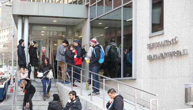 Cues de persones a la porta del Servei d'immigració.