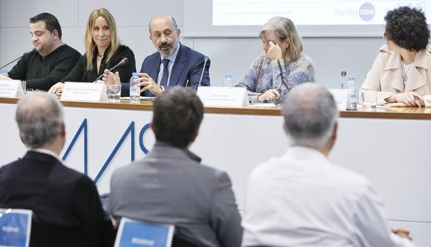 El ministre de Salut, Joan Martínez Benazet, i la coordinadora del grup nacional, Sílvia Bonet, durant la presentació als professionals de la infermeria