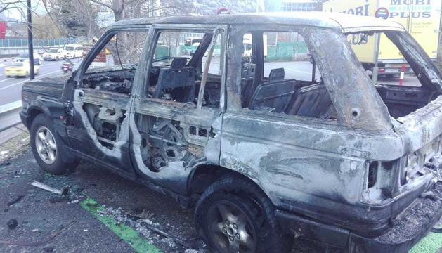 El vehicle ha quedat destrossat per les flames