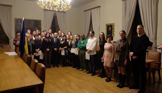 La ministra de Cultura i Esports, Sílvia Riva, amb els alumnes del Centre Carlemany