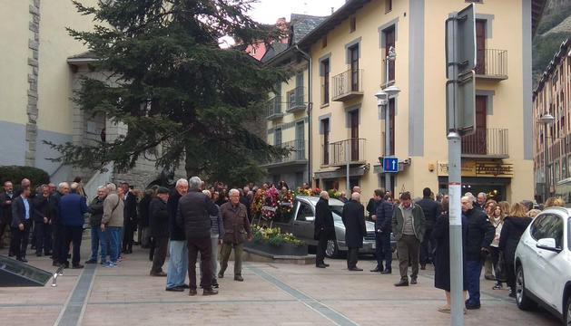 Unes cent persones en l'últim adeu a Joan Armengol