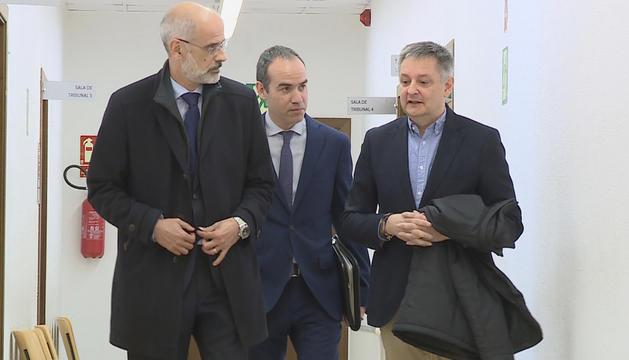 Martí, Saboya i Alcobé sortint de la declaració a la Batllia.