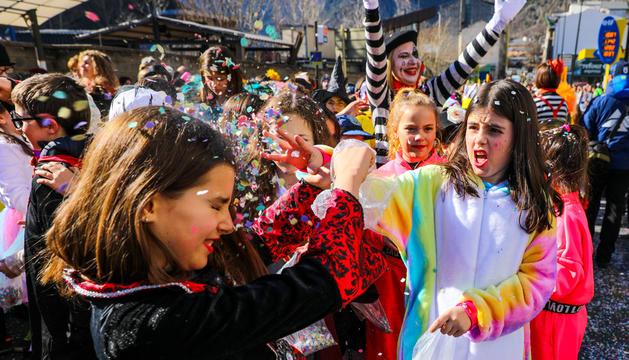 Més d'un miler de nens desfilen a la rua de Santa Coloma