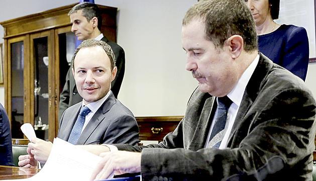 Josep Estañol, a la dreta, durant la signatura del conveni entre Govern i la Cambra de Notaris el 18 de març del 2016.