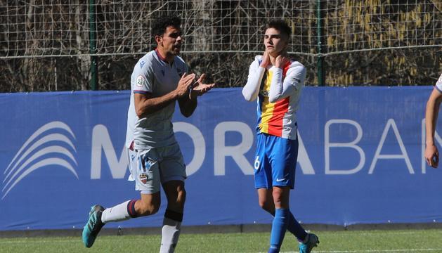 Una acció del partit d'avui entre l'FC Andorra i l'Atlètic Llevant.