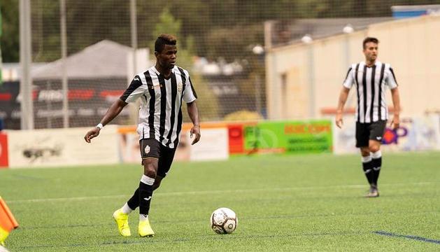 Junior Kobon controlant la pilota en un partit anterior amb la UE Engordany.