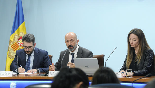 El ministre portaveu, Eric Jover, el titular de Salut, Joan Martínez Benazet, i la secretaria d'Estat Helena Mas durant la roda de premsa posterior al consell de ministres