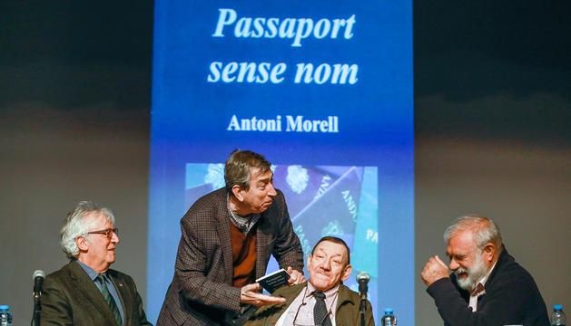Els excaps de Govern Marc Forné i Albert Pintat amb l'escriptor Antoni Morell.