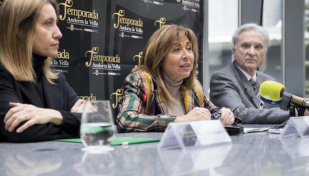 Conxita Marsol, la directora de Comunicació i Marca MoraBanc, Mireia Maestre i el director artístic de la Temporada, Josep Maria Escribano, durant la presentació en roda de premsa del concert del pianista Lang Lan