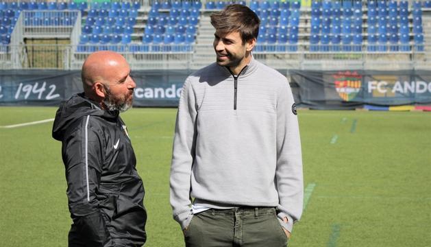 Gerard Piqué conversa amb el tècnic Nacho Castro.