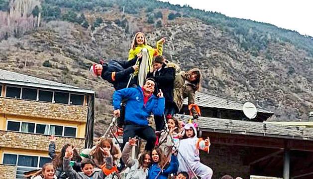 Els nens i nenes d'Encamp gaudint de les activitats a l'aire lliure