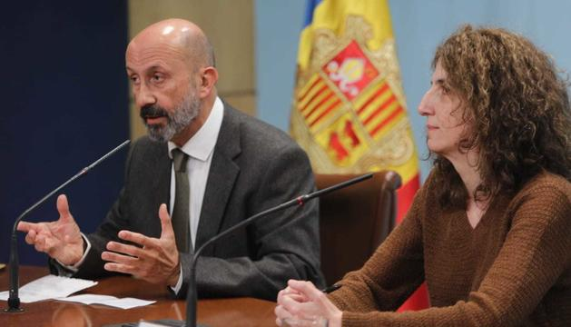 El ministre de Salut, Joan Martínez Benazet, i la doctora Odile Sarroca durant la roda de premsa feta a Govern aquest matí en relació al cas positiu de Coronavirus