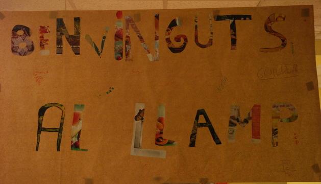 Un cartell fet per alumnes dona la benviguda al casal d'infants El Llamp