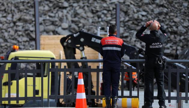 Un bomber i agent de seguretat a la zona de la Portalada