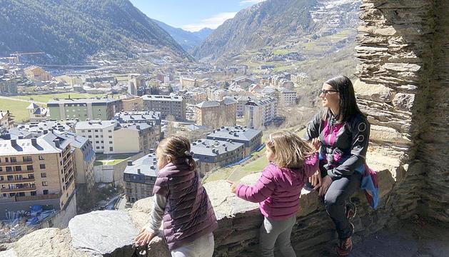 La cònsol major d'Encamp, Laura Mas, i les seves filles