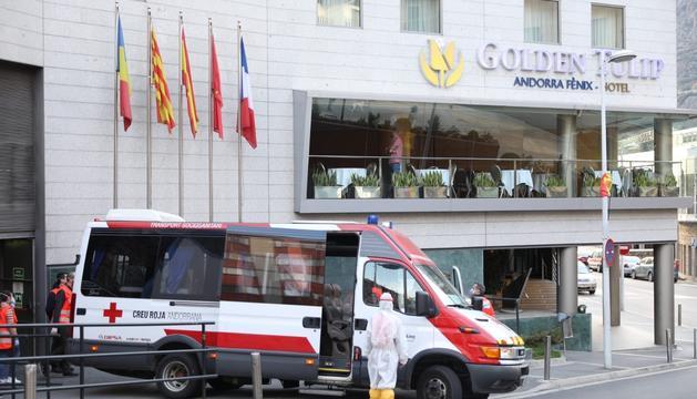 Vehicles de Creu Roja a la porta de l'hotel on queden aïllats els padrins