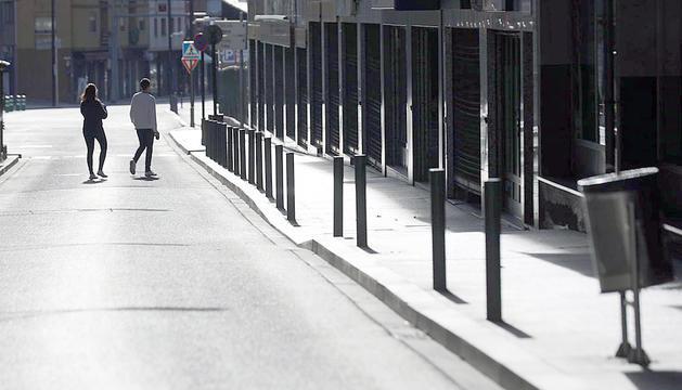 Una parella en un carrer buit a Andorra la Vella.
