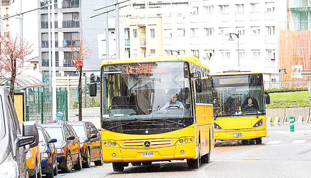 Dos autobusos circulant per la xarxa viària del país.