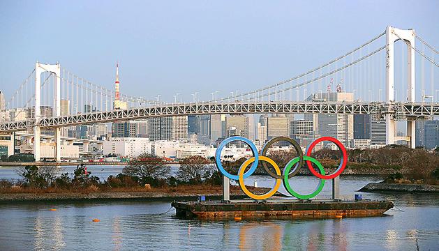 Una imatge de la ciutat de Tòquio, amb les anelles olímpiques al davant.