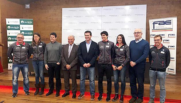 Els tècnics i l'equip de la FAE d'esquí de fons, amb Irineu Esteve i Carola Vila, el dia de la presentació.