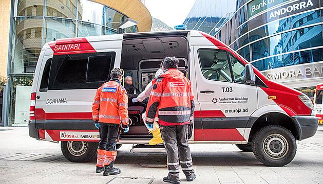La Creu Roja va participar en el trasllat de padrins de residències a hotels i ajuda en la logística.