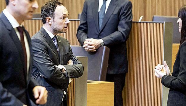 Xavier Espot i Mònica Bonell conversant durant la darrera sessió del Consell General.