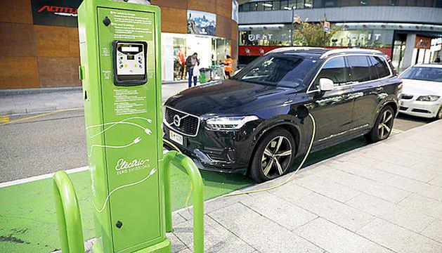 Un carregador de cotxes elèctrics.