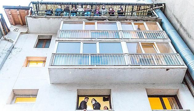 Un grup de temporers argentins que es troben confinats a l'hotel Alfa d'Encamp.