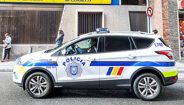 Agents de policia en un carrer del barri de Prada Ramon.