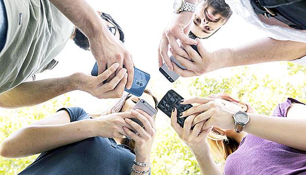 Gent utilitzant els telèfons mòbils.