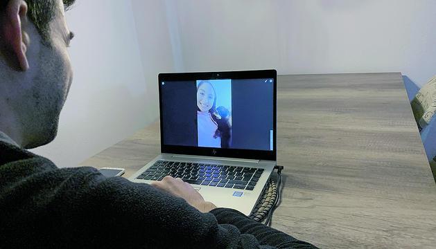 Conversa a través d'una de les plataformes que permeten videotrucades.