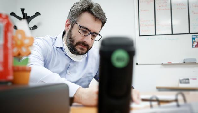 El ministre Jover treballant al despatx amb mesures de protecció