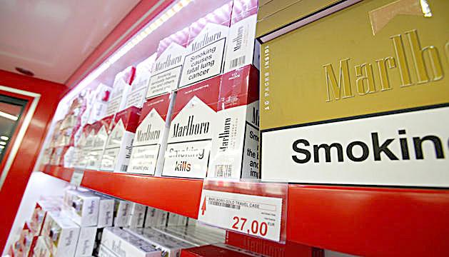 Cartons de tabac en un establiment.