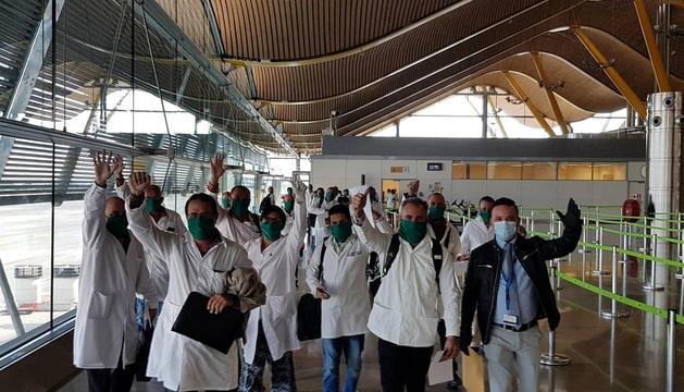 El grup ahir a primera hora de la tarda, a l'arribada a l'aeroport de Madrid.