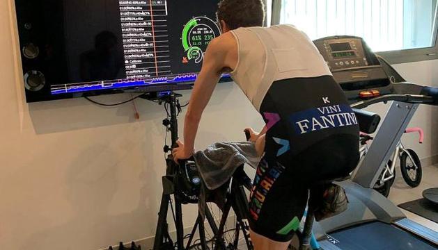 El ciclista Dan Martin entrenant-se des de la seva residència de la Massana.