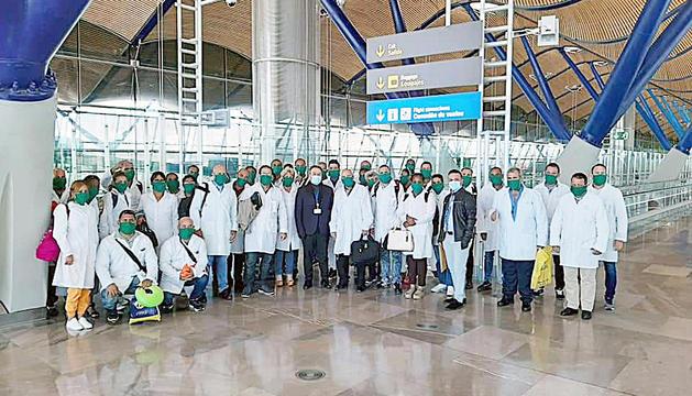 Els sanitaris cubans a l'aeroport Adolfo Suárez de Madrid.
