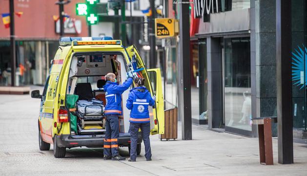 El servei urgent mèdic (SUM) fent una atenció a l'avinguda Meritxell, ahir.