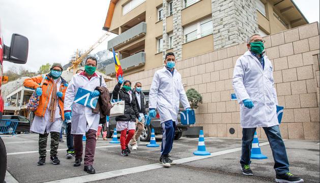 Els sanitaris cubans visiten l'hospital per iniciar la formació.