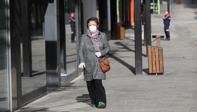 Una dona amb mascareta pel carrer divendres passat