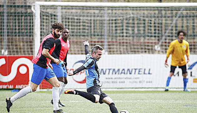 Marc Pujol fa una centrada, en el darrer partit de l'Inter d'Escaldes.
