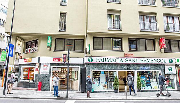 Cua de clients a la porta d'una farmàcia d'Andorra la Vella, ahir.