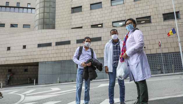 Tres sanitaris cubans sortint ahir de l'hospital
